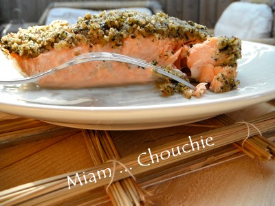 saumon en croûte de basilic, noisettes et parmesan